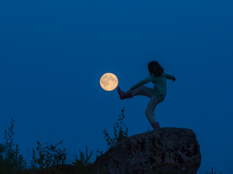Girl_and_the_moon